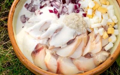 Kūpinātu zivju salāti