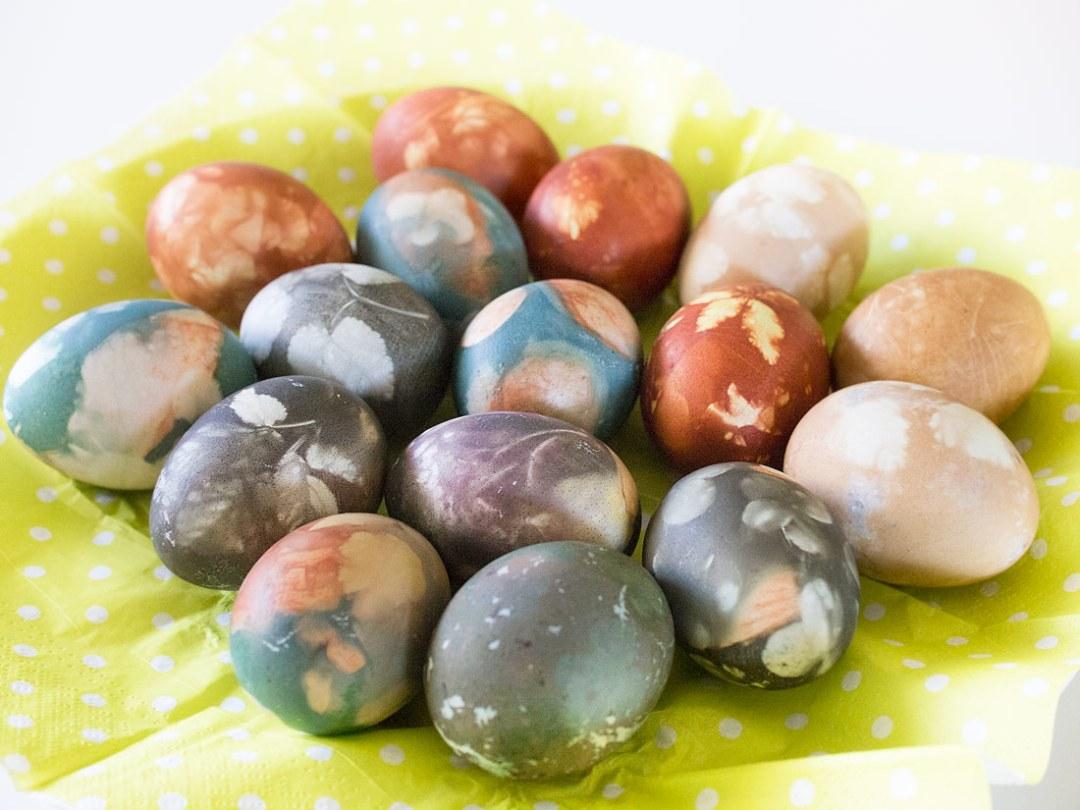 Lieldienu-olas, dabīgi-krāsotas-lieldienu-olas, sīpolu-mizās-krāsotas-olas