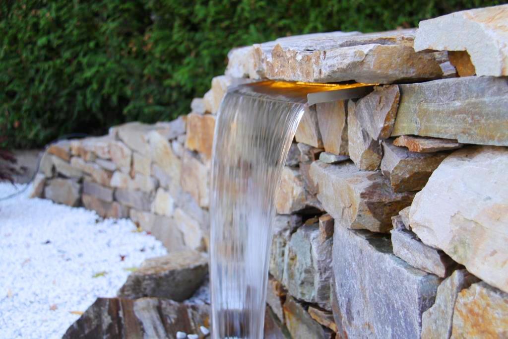 Wasserfall mit LED-Leiste