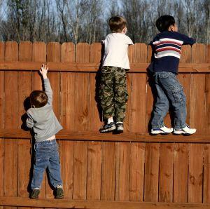 Gartenzaun-Kinder
