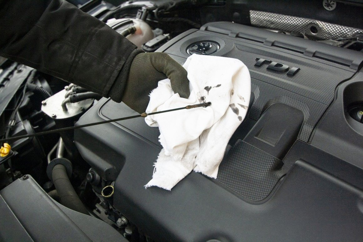 Oil Changing The Oil Maintenance  - Skica911 / Pixabay