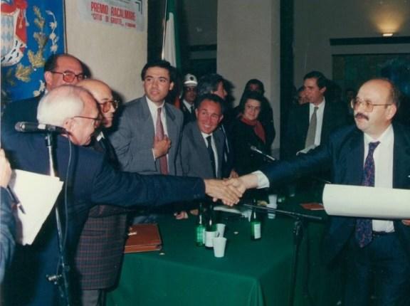 Vincenzo Consolo saluta Manuel Vasquez Montalban al Premio Racalmare Grotte