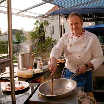 Herbert Gossenreiter kocht im Gastgarten - Gasthaus Vis A Vis Freistadt