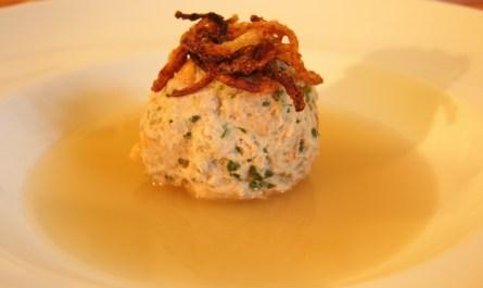 Bratzwurst-Brezel-Knödel-Suppe
