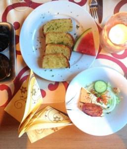 Knoblauchbrot und Salat