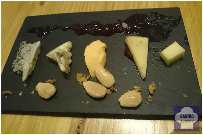 Tabla de quesos asturianos en restaurante Kuiru de Madrid