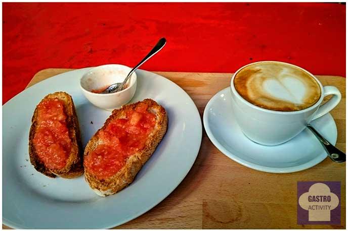 Café con tostadas y tomate
