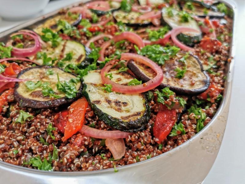 Quinoa salat med bagte grøntsager