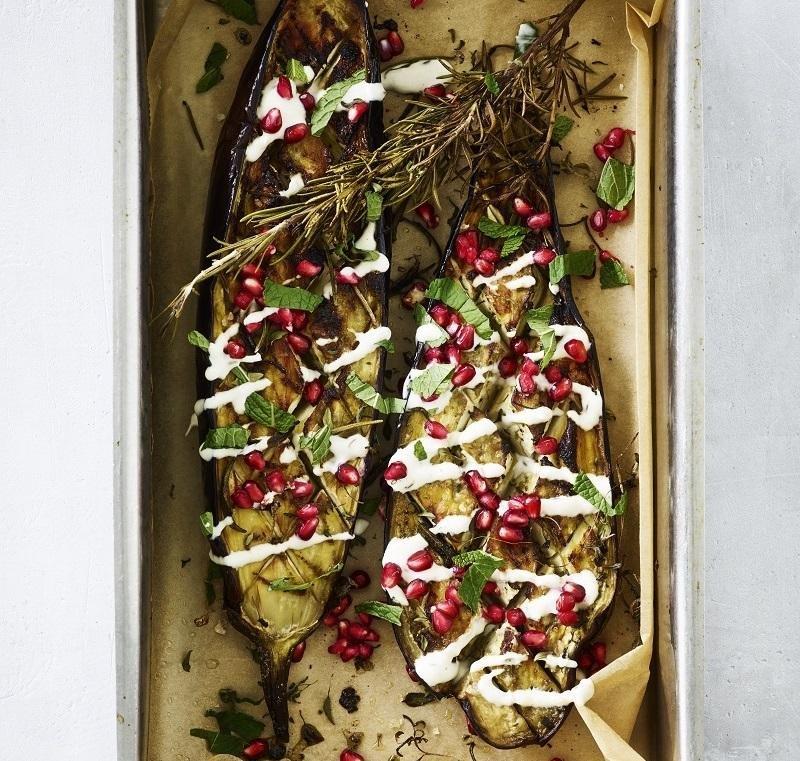 Bagt aubergine med granatæble, mynte og tahin-yoghurt