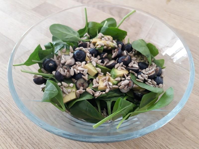 Salat med avocado og blåbær