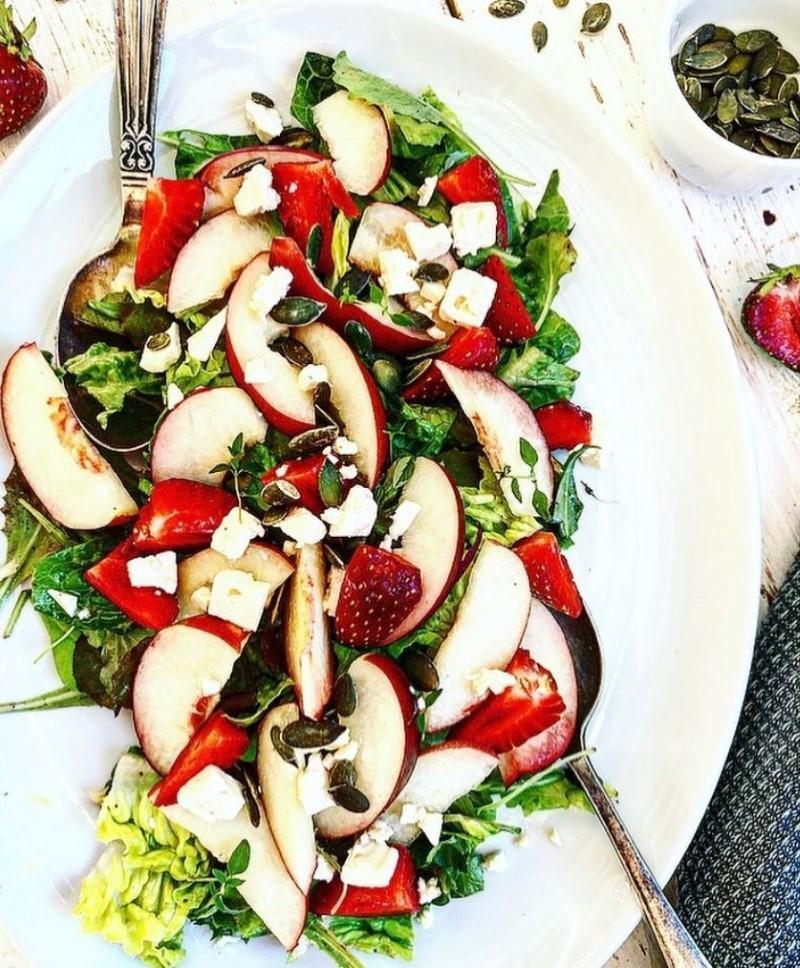 Salat med nektarin og jordbær