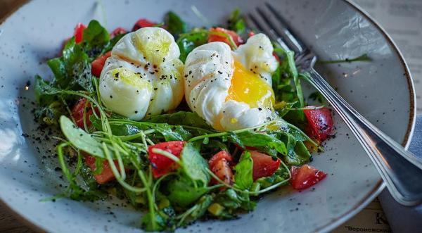 Легкий салат с авокадо и яйцом-пашот, пошаговый рецепт с фото