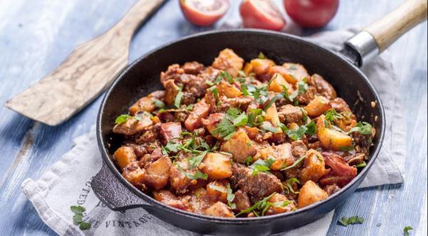 Жаркое из свинины с картофелем и томатным соусом ...