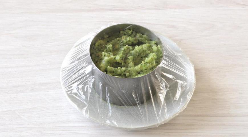 Фото приготовления рецепта: Салат из авокадо с огурцом за 15 минут, шаг №5