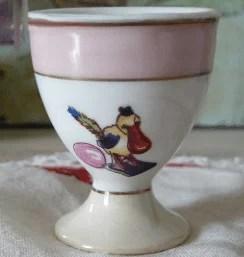 Coquetier ancien en porcelaine