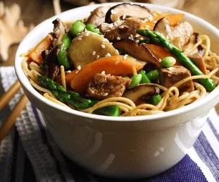 Nouilles, légumes et viande stir-fry