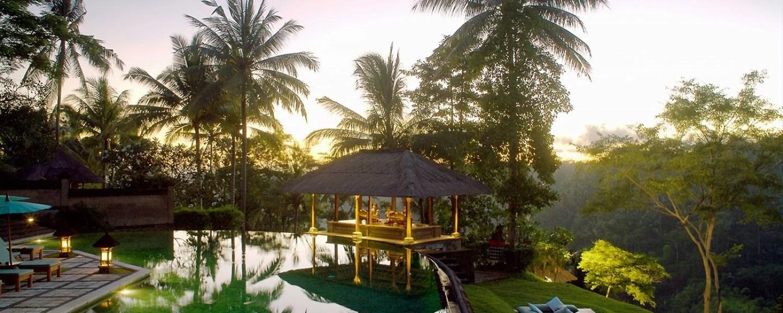 La piscine de l'hôtel Amandari le soir
