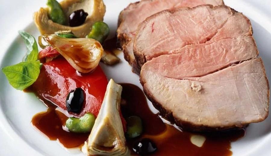 Quasi de porc rôti aux artichauts, olives noires, févettes et sauce tomate