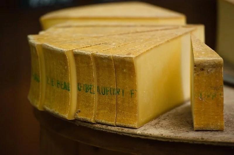 Meule de fromage beaufort découpée