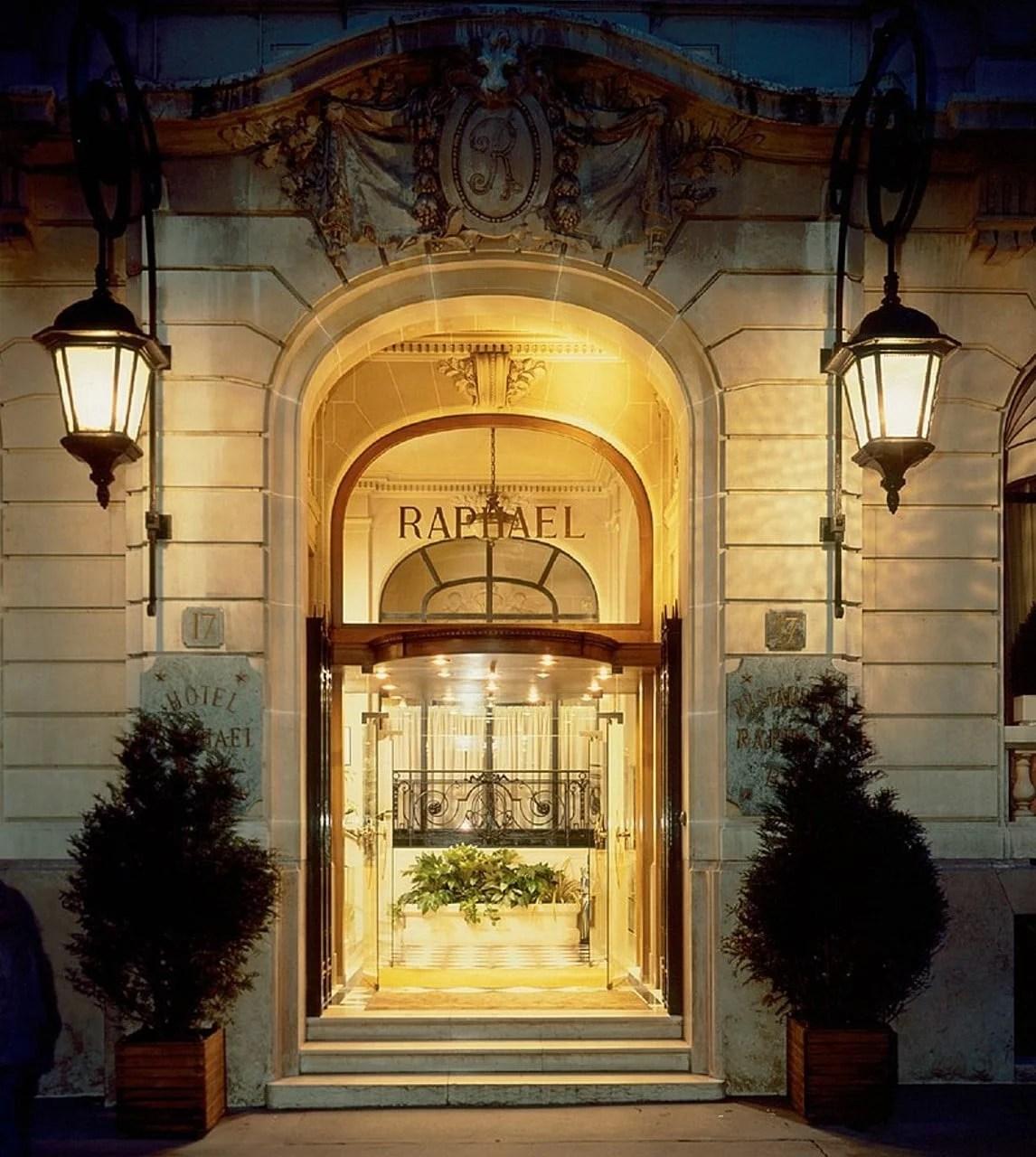 L'entrée de l'hôtel Raphael rue Kléber à Paris