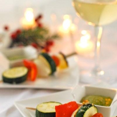 Brochetas de verduras con salsa de albahaca