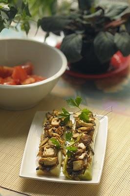 Puerros rellenos de cebolla caramelizada, setas y tofu