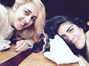Maggie Sagarra y una amiga en una reseña para Caramelos de Lima