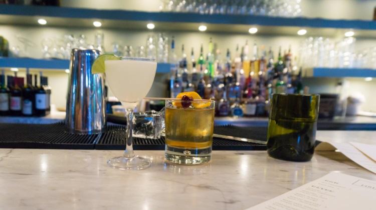 HSL - cocktails at the bar