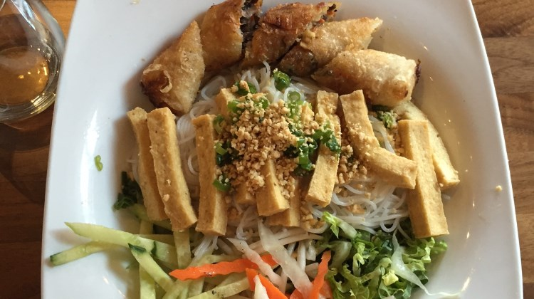 SOMI - bun with tofu and vegi spring rolls
