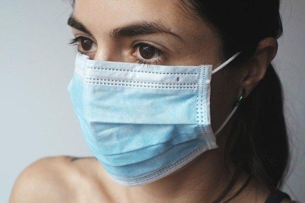 Frau mit Mund- Nasneschutz