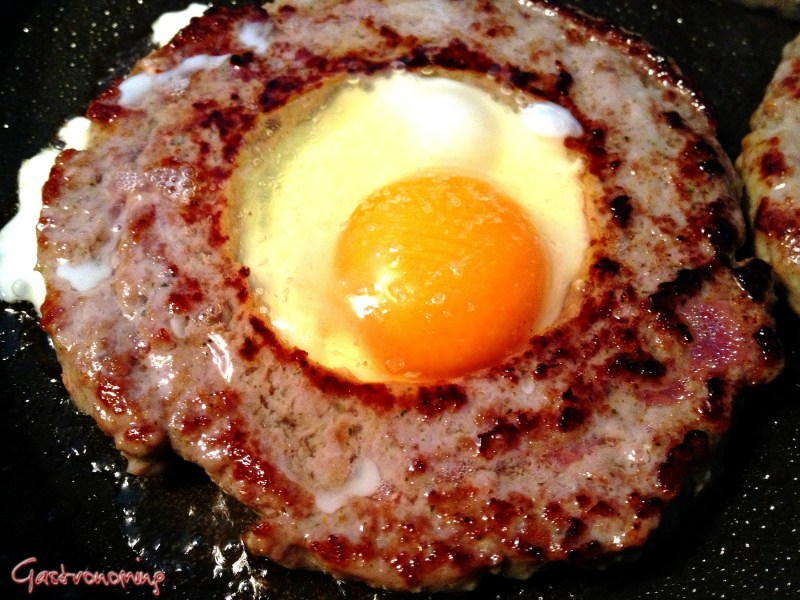 Haz un agujero a tu hamburguesa al cocinarla y obten una versión más sabrosa con huevo!