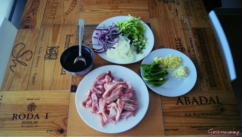 Secreto ibérico encebollado con salsa de ostras
