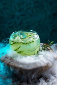 """Gurkenstreifen verleihen dem Cocktail """"Liquid Kitchen"""" ein feines Aroma, auf Trockeneis wird er effektvoll serviert."""