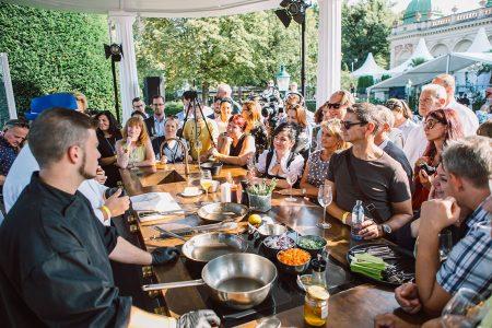 Die Showküche ist der größte Magnet auf der Gault&Millau Genuss-Messe. Hier können die begeisterten Hobby-Köche die haubengekrönten Superstars hautnah erleben.
