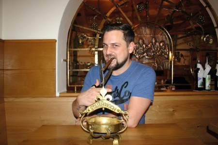 Gastronom Thomas Glanzer (o.) veranstaltete zum Umstieg auf den Nichtraucherbetrieb eigens eine Party. Die Räumlichkeiten des Gasthauses Marinelli wurden renoviert (r.), Raucher sind auf der Veranda (l.) willkommen