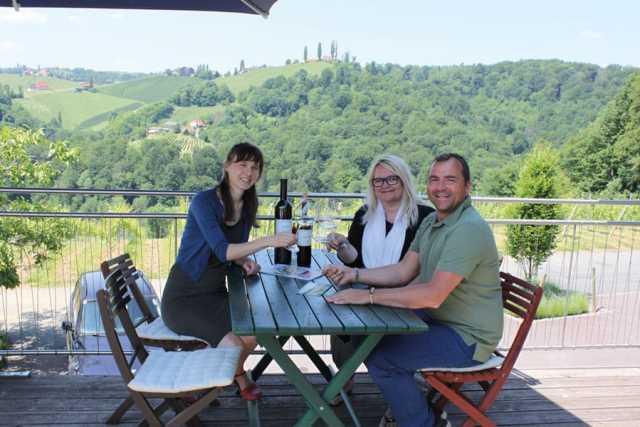 v.l.: Martina gross mit redakteurin Sonja g. Wasner und Sommelier werner leibner im gespräch über aktuelles und zukünftiges
