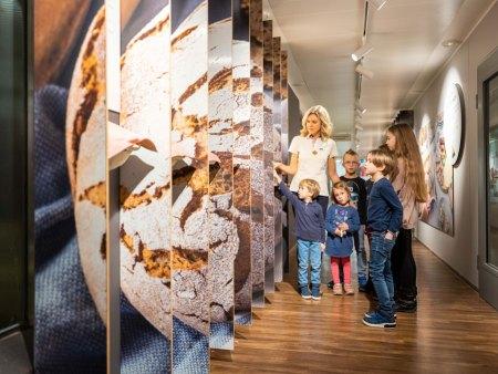 Ausflugsziel für die ganze Familie: Unter der fachkundigen Führung des Haubiversum-Teams lernen Besucher den gesamten Entstehungsprozess der Haubis-Produkte kennen.