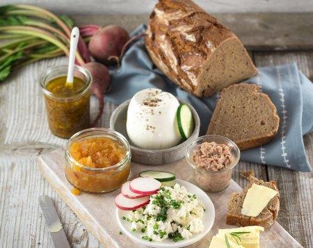 Brote für die Brettljause : Eine köstliche Brettljause ist die geeignete Bühne für den milden Haubis Krustenlaib natursauer oder das fein-würzige Bio-Roggenbrot natursauer.