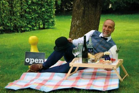 """Gastgeber Dieter Mayr- Hassler lädt zum """"Schick-nick"""" in den idyllischen Garten seines Hotels"""