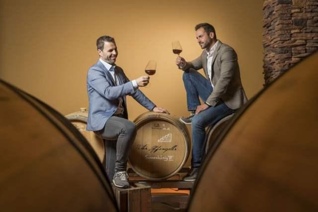 """Bierrarität Die beiden Meister ihres Fachs beim Verkosten ihres """"ausgezeichneten"""" Produkts: Stiegl-Kreativbraumeister Markus Trinker (li) und Whisky-Experte Peter Affenzeller von der Destillerie Fine Austrian Whisky."""