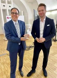 Metro Beliebtester Händler Xavier Plotitza (l.) freut sich über den von Rainer Will, Geschäftsführer des Handelsverbandes, überreichten Preis.