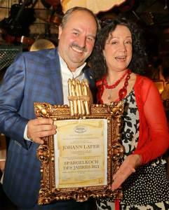 """Spargel Gerhard Bocek Johann Lafer (im Bild mit Barbara Wussow) wurde als """"Spargelkoch des Jahres 2021"""" ausgezeichnet."""