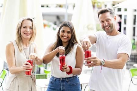Coke zero Rezeptur Coca zero Produktverkostung mit Petra Burger (l.), Anuscha Kapdi (beide Coca-Cola Österreich) und Koch Alexander Kumptner.