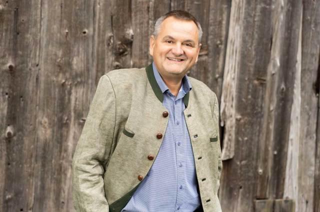 Mitarbeiter Personalsuche Der Salzburger Gastronom Josef Gassner greift zu unkonventionellen Recruiting-Methoden und lässt seine Gäste das passende Personal für ihn suchen – und finden.