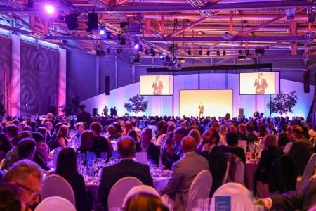 HOGAST-Symposium Tourismus Die HOGAST-Gala, moderiert von Alfons Haider, findet auch heuer im Terminal 2 des Salzburger Flughafens statt. Insgesamt werden 800 Hoteliers und Gastronomen erwartet.