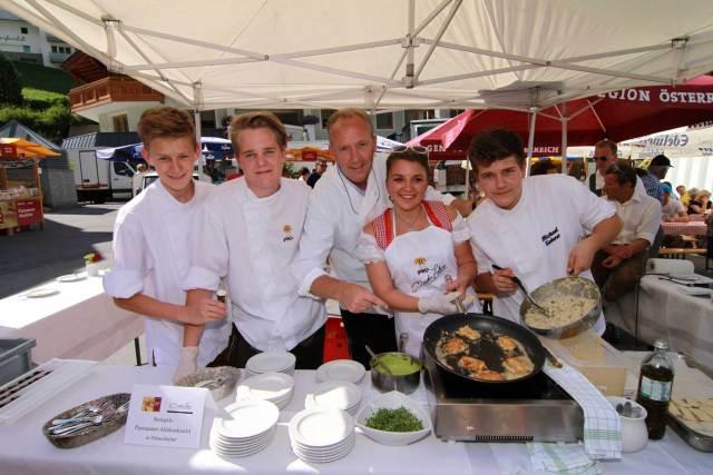 Beim 12. Paznauner Markttag findet um 15 Uhr das Showkochen mit Spitzenkoch Martin Sieberer (m.) statt.