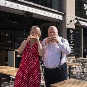 Swing Kitchen Innenstadt Die Gründer der Swing Kitchen sind happy, den 10. Standort trotz schwieriger Zeiten eröffnen zu können.