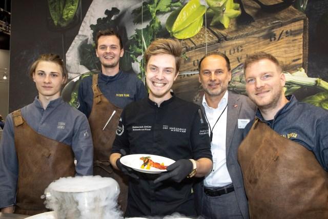 Stefan Fischer vom Seekarhaus Obertauern (3.von links) mit seinem Team und Thomas Panholzer (2. von rechts), Geschäftsführer Transgourmet Österreich