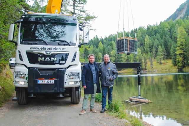 Ab ins Wasser: Martin Klein von der Hochschober-Eigentümerfamilie Klein-Leeb (l.) und Norbert Szigeti wollen gemeinsam herausfinden, wie das Wasser eines hochgelegenen Alpensees die Reifung von Sekt beeinflusst.
