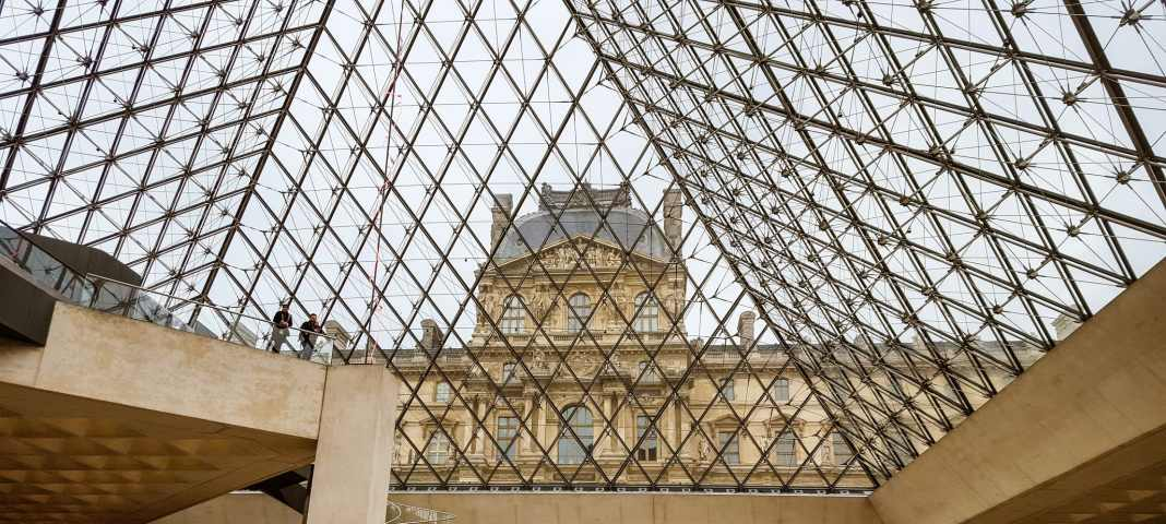 Here's how to see the highlights in Paris in just two days. #paris #france #eiffeltower #travel #travelblogger #sightseeing #markets #foodies #louvre #sacrecoeur #thingstodo #traveltips